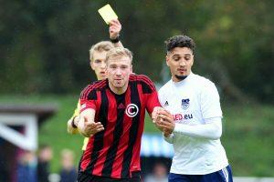 Referee Jürgensen ließ über die gesamte Partie hinweg Karten regnen. Foto: KBS-Picture