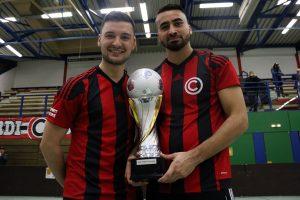 Posierten stolz mit dem Pokal: Bazier Sharifi (re.) und Georgios Cholevas (li.). Foto: Heiden
