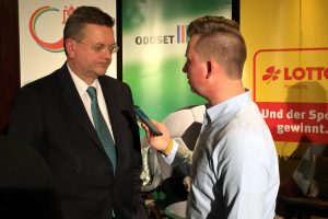 DFB-Präsident Reinhard Grindel im Gespräch mit Chefredakteur Niklas Heiden. Foto: fußballservice