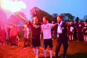 """Finn Lasse Thomas (li.) feiert die Meisterschaft mit Pyrotechnik im """"Estadio Dasse"""". Foto: KBS-Picture"""