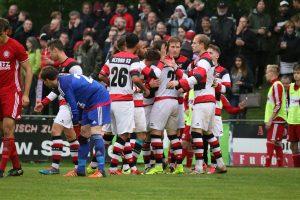 Hier war die Welt noch in Ordnung: Die AFC-Kicker bejubeln das 2:1 von Jakob Drinkuth. Foto: Heiden