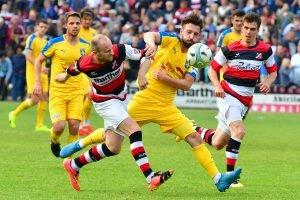 AFC-Urgestein Jakob Sachs (li.) versucht den Ball von Lion Gosch zu ergattern. Foto: KBS-Picture
