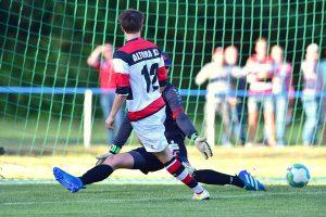 Pablo Kunter schiebt die Kugel rechts an Northeim-Keeper Jannik Strüber vorbei. Foto: KBS-Picture